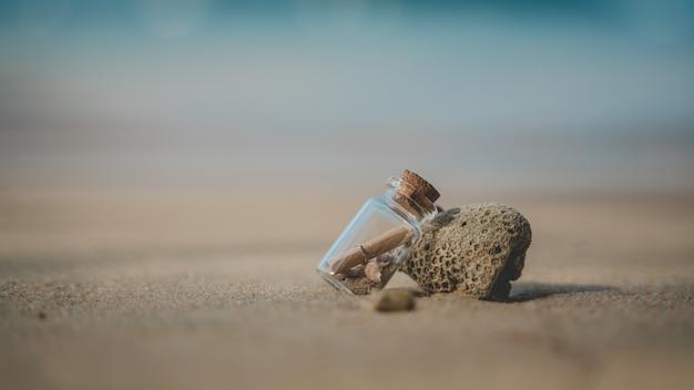 Mensaje en botella en la playa del mar