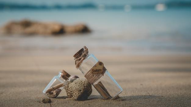 Mensaje en botella en playa tropical