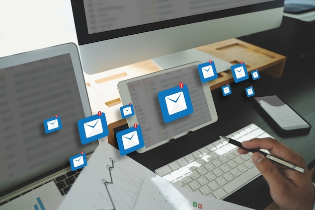 Mensaje de conexión de comunicación de correo al teléfono de contactos de correo concepto de letras globales