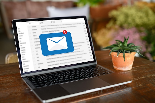 El mensaje de conexión de la comunicación de correo a los contactos de correo electrónico llama por teléfono al concepto global de cartas