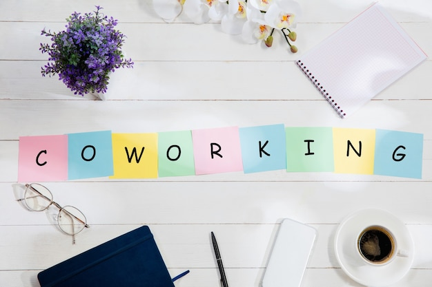 Mensaje de coworking en coloridos papeles de nota en un escritorio