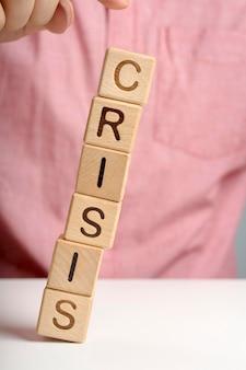 Mensaje de crisis en bloques de madera cayéndose