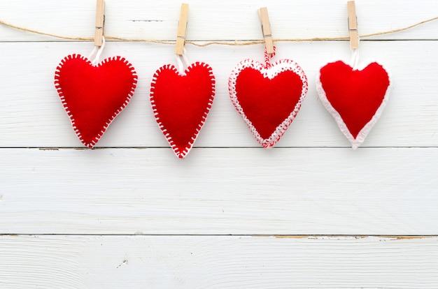 Mensaje del día de san valentín con corazones de fieltro.