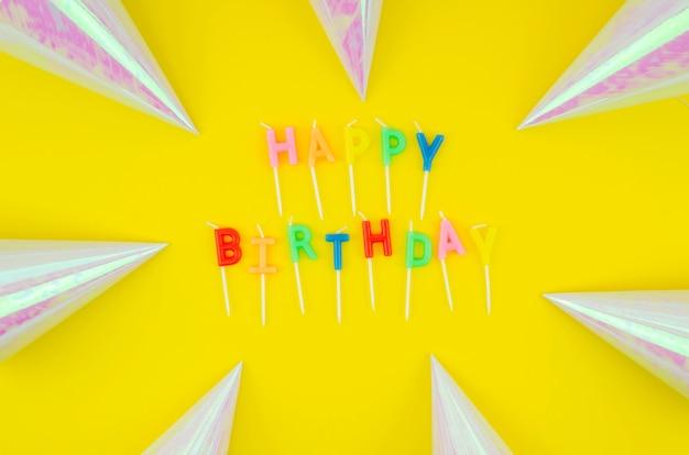 Mensaje de feliz cumpleaños y sombreros de cumpleaños