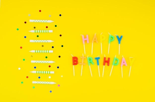 Mensaje de feliz cumpleaños con velas de colores