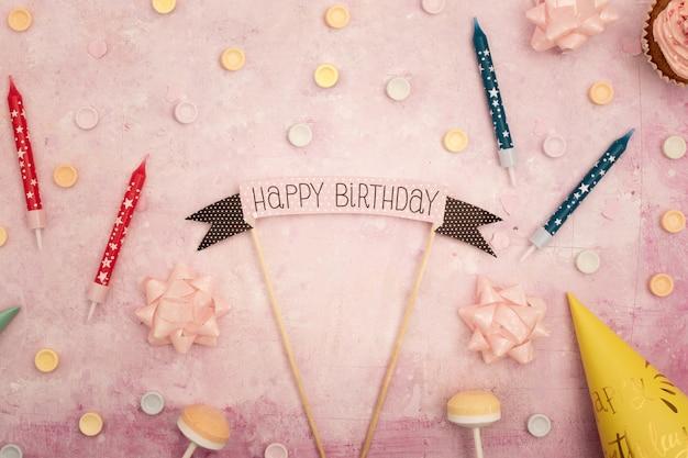 Mensaje de feliz cumpleaños con velas y cono
