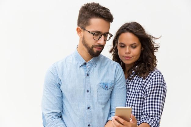 Mensaje de lectura de pareja enfocada