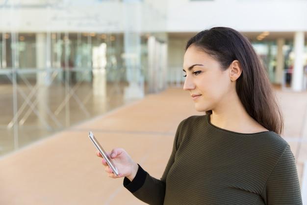 Mensaje de lectura de usuario de teléfono celular pensativo serio