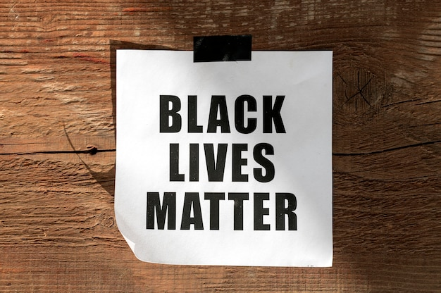 Mensaje de movimiento de materia de vidas negras sobre superficie de madera