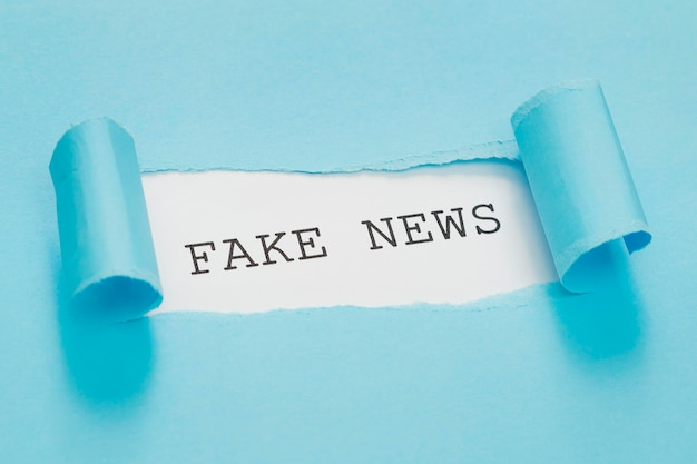 Mensaje de noticias falsas de alta vista en papel rojo rasgado