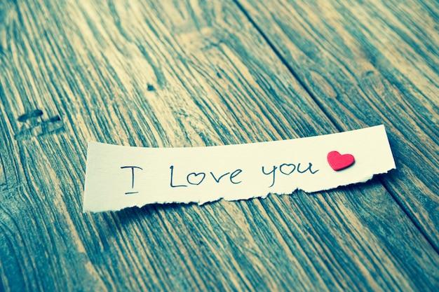 Mensaje en papel te amo en la mesa de madera