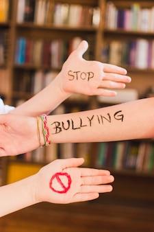 Mensaje de stop bullying en los brazos de los niños
