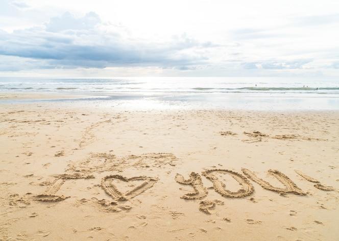 Te Amo En La Arena De La Playa: La Mujer Toma Una Foto Del Cuadrado De Ciudad En Su
