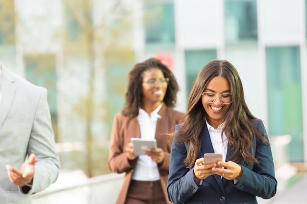 Mensaje de texto de empleado de oficina latino feliz