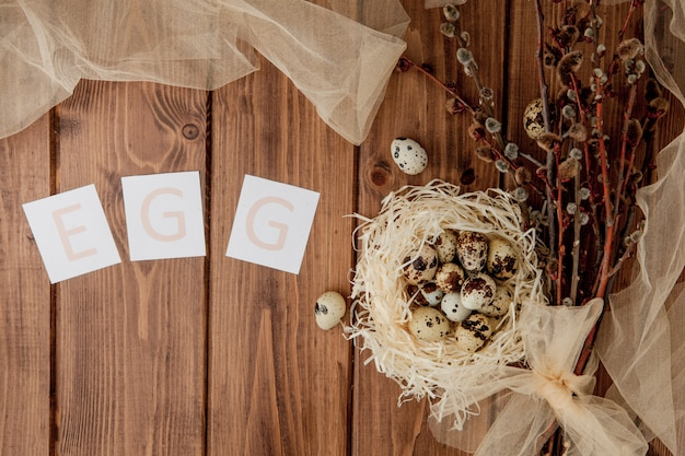 Mensaje de venta de pascua con huevos de pascua en un fondo de madera. vista superior