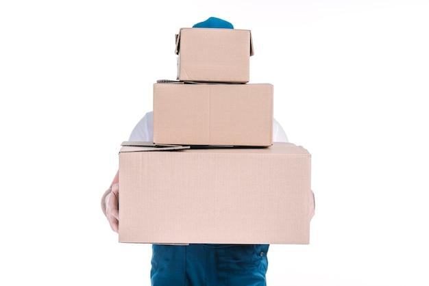 Mensajero anónimo con paquetes