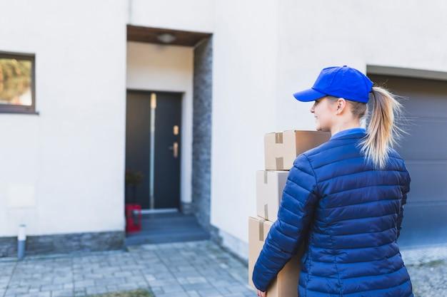 Mensajero con cajas caminando a casa