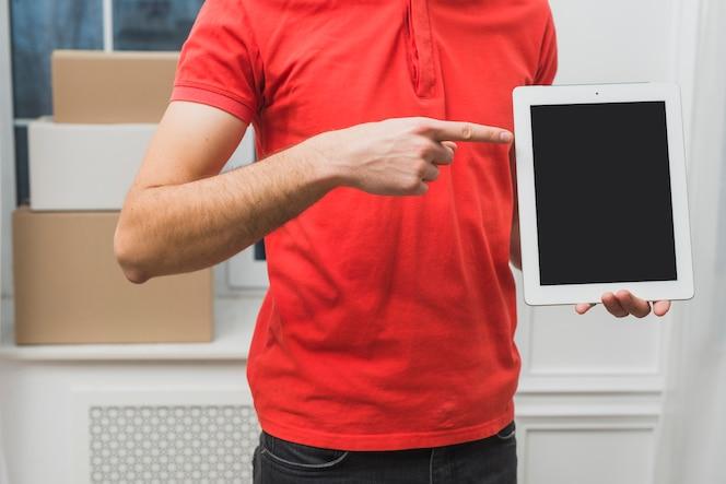 Mensajero de cultivo apuntando a la tableta