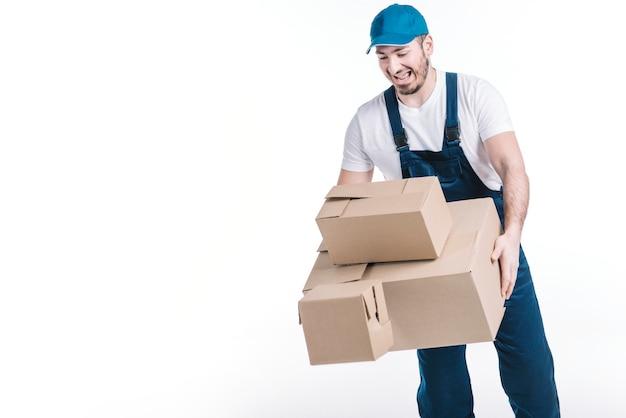 Mensajero dejando caer paquetes