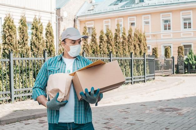 Mensajero con máscara protectora y guantes médicos.