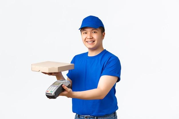 Mensajero masculino asiático sonriente en uniforme azul