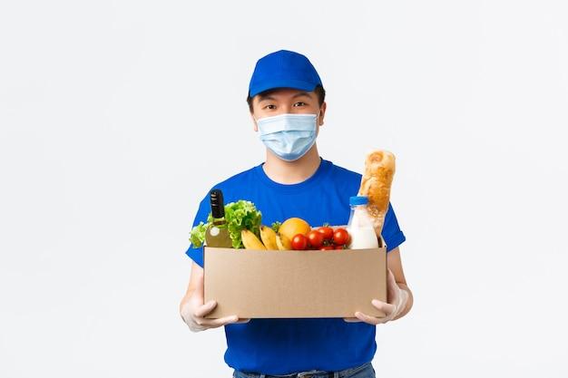 Mensajero masculino asiático en uniforme azul