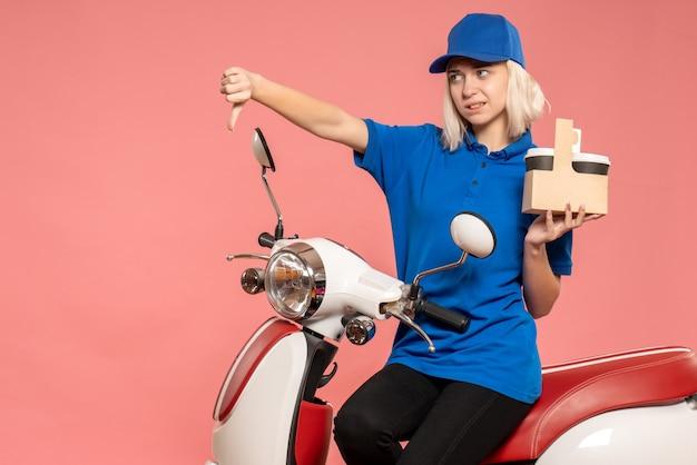 Mensajero mujer vista frontal en bicicleta con tazas de café en la rosa