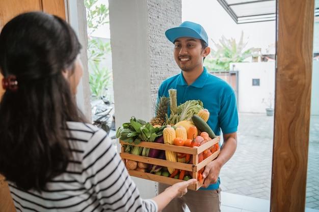 Mensajero que entrega comestibles al cliente