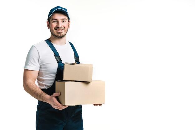 Mensajero sonriente con paquetes