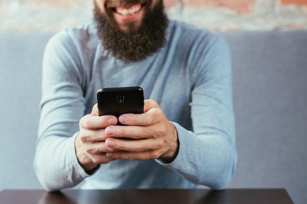 Mensajes de comunicación por hombre barbudo