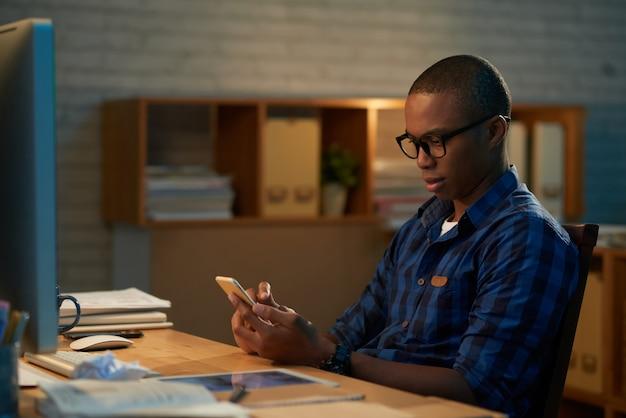 Mensajes de texto con un colega en el teléfono inteligente