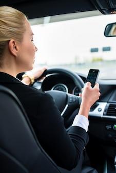 Mensajes de texto de mujer mientras conduce en coche