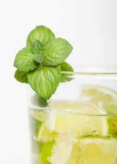 Menta con limón en el vaso