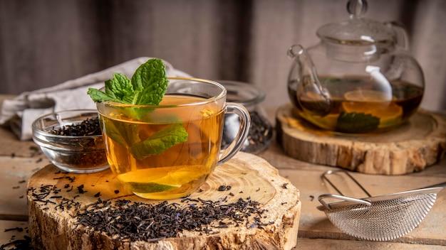 Menta en taza con té
