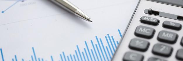 La mentira de la pluma en el gráfico de análisis estadístico financiero azul