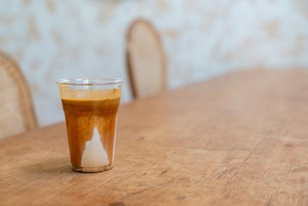 Menú de cafés especiales llamado 'café sucio'. leche fría en la parte inferior con espresso caliente en la parte superior en cafetería cafetería y restaurante
