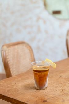 Menú de cafés especiales llamado 'café sucio'. leche fría en la parte inferior con espresso caliente en la parte superior con limón