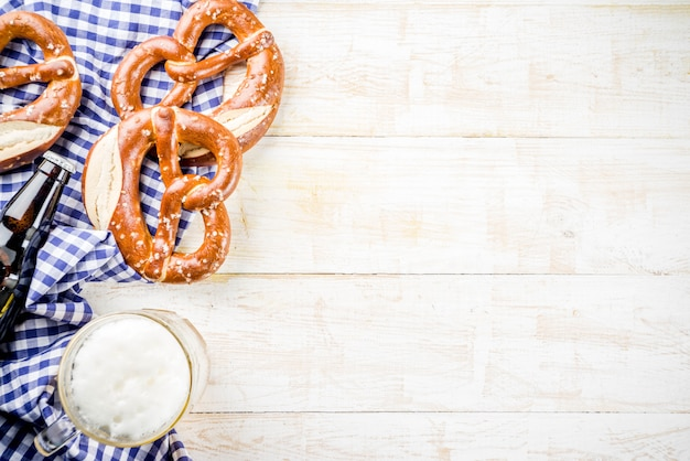 Menú de comida del oktoberfest, salchichas bávaras con pretzels, puré de papa, chucrut, botella de cerveza y taza