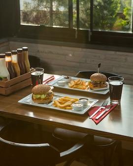 Menú de comida rápida para dos personas en una cafetería.