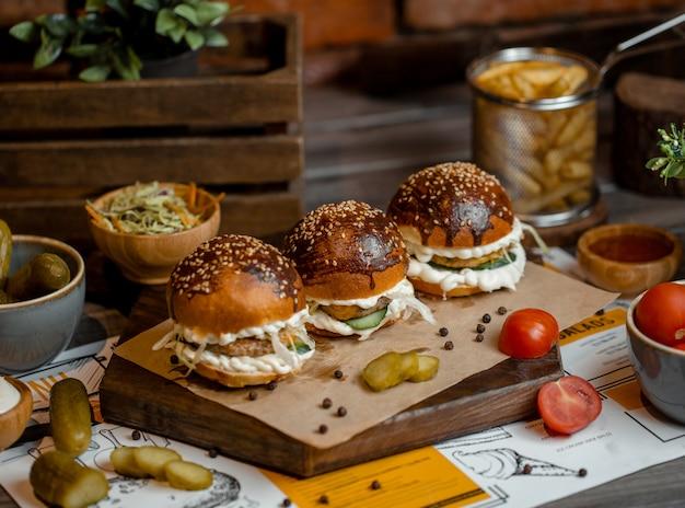 Menú de hamburguesas con aperitivos alrededor