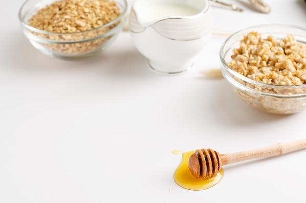Menú de nutrición adecuado para el desayuno con gachas de avena, leche y miel.