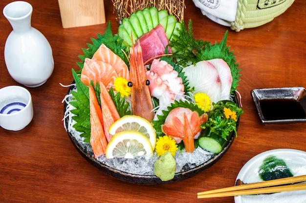 Menú de pescado crudo de sashimi