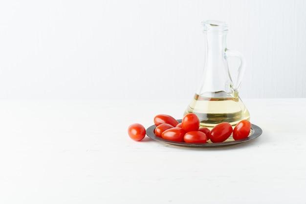 Menú, receta, maqueta, pancarta. comida. jarra de vidrio para aceite de oliva, tomates en plato,