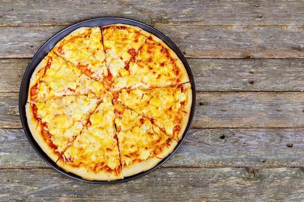 Menú del restaurante de pizza: deliciosa pizza picante con salchichas y chile.