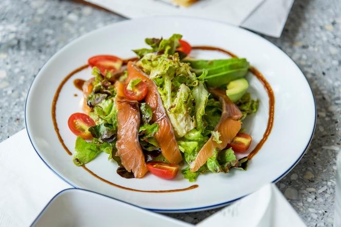 Menú saludable ensalada de salmón