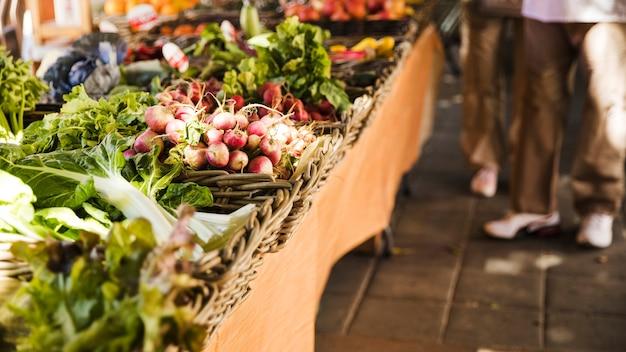 Mercadillo local con vegetales orgánicos frescos.