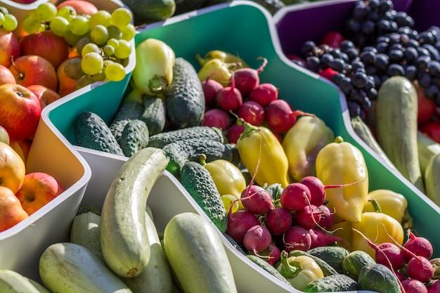 Mercado de frutas de agricultores con varias frutas y verduras frescas coloridas