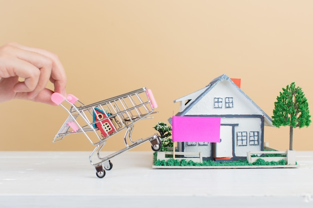 Mercado inmobiliario, casa en carrito de compras