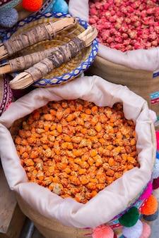 Mercado local marroquí en las calles con especias frutos secos pescado frutas y verduras