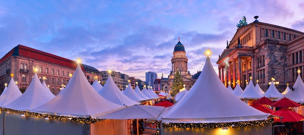 Mercado de navidad iluminado gendarmenmarkt en berlín